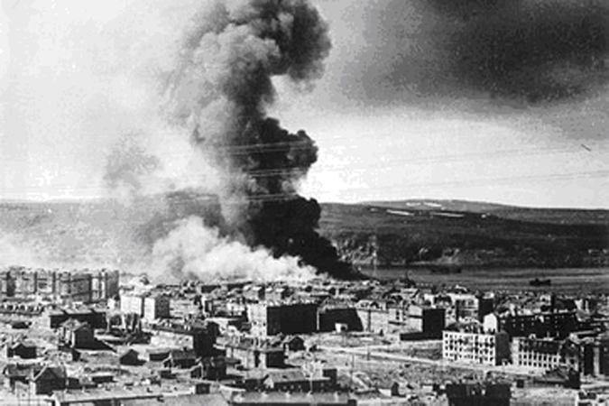 FOTO-3_Pozhar-ot-bombezhki-nemetskih-voysk-na-okraine-Murmanska.