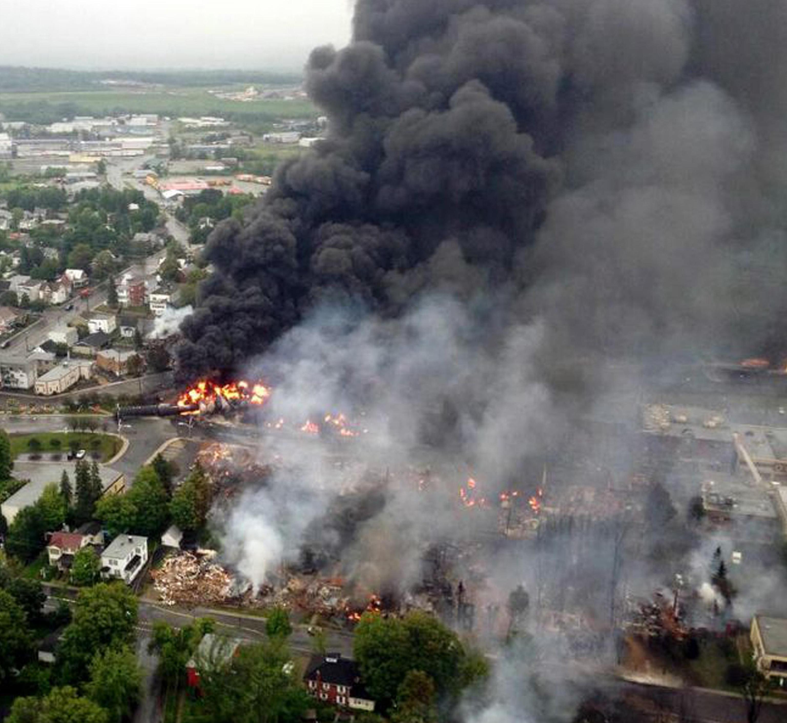 Un'immagine dall'elicottero della Surete du Quebec mostra il centro della cittadina di Lac Megantic, nel Quebec, in Canada, dove un treno merci che trasportava petrolio greggio e' deragliato dando origine a un vasto incendio che ha investito una trentina di edifici, 6 luglio 2013. ANSA/SURETE DU QUEBEC +++ NO SALES, EDITORIAL USE ONLY +++